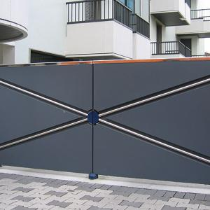 Contemporary metal gate with underground CAME Frog automation