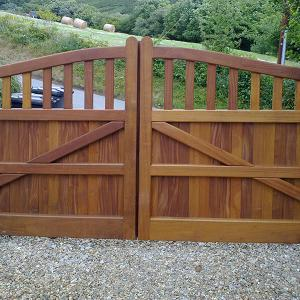 The Prestbury teak gate with underground automation (Courtesy of Country Gates)