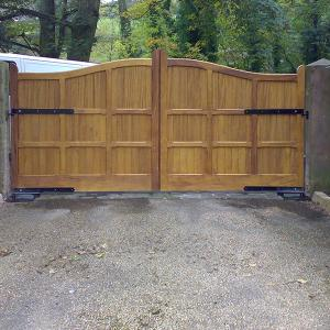 The Sutton iroko gate with underground automation (Courtesy of Country Gates)